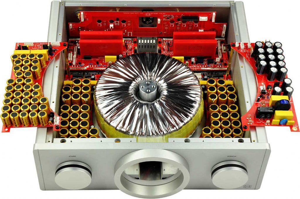 Keine halben Sachen: Der B.M.C.Verstärker besitzt einen 2kVA-Ringkerntrafo, der ganz erheblich zum Gesamtgewicht von 40 kg beiträgt