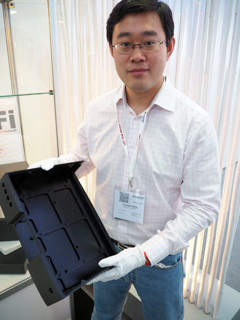 Xunanquian Wang von Auralic präsentiert das vollmetallgehäuse des neuen Aries G2
