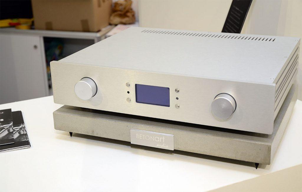 Die (Teil-)Aktivierung der Lautsprecher erfolgt über das externe Verstärkermodul Mago