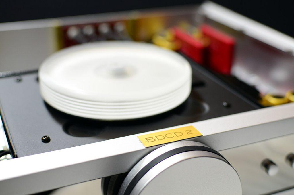 """Blick auf den B.M.C.-Audio-CD-Player: ohne Deckel, aber mit """"Schwungrad"""""""