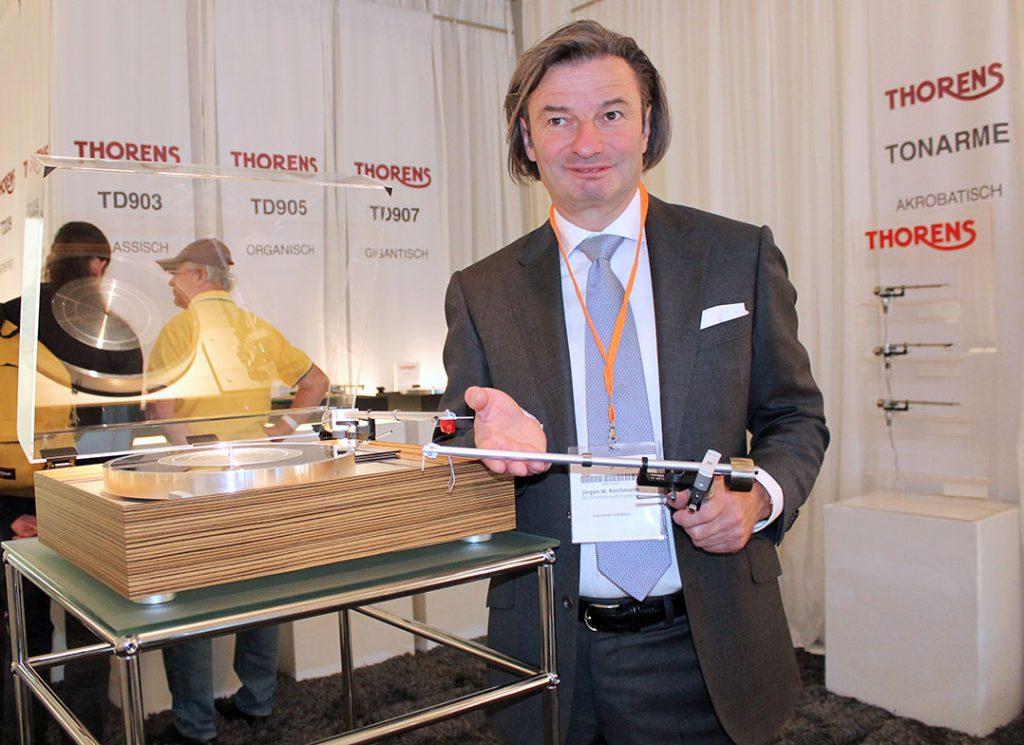 Jürgen Reichmann vom deutschen Thorens-Vertrieb präsentiert die Zwölfzollausführung des Tonarms, den TP 92