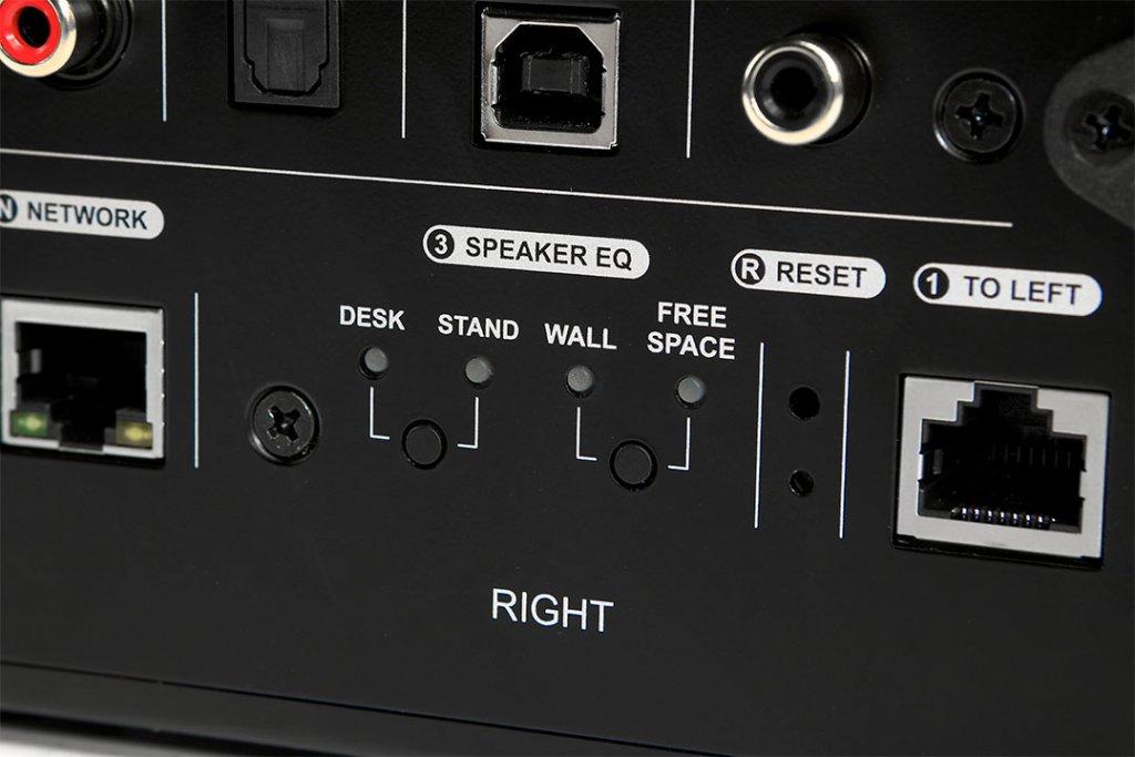 """""""Wall Mode"""" und """"Desk Mode"""" werden einfach an- oder abgeschaltet und sind identisch mit den Druckknöpfen auf der Rückseite der LS50-Wireless-Masterbox"""