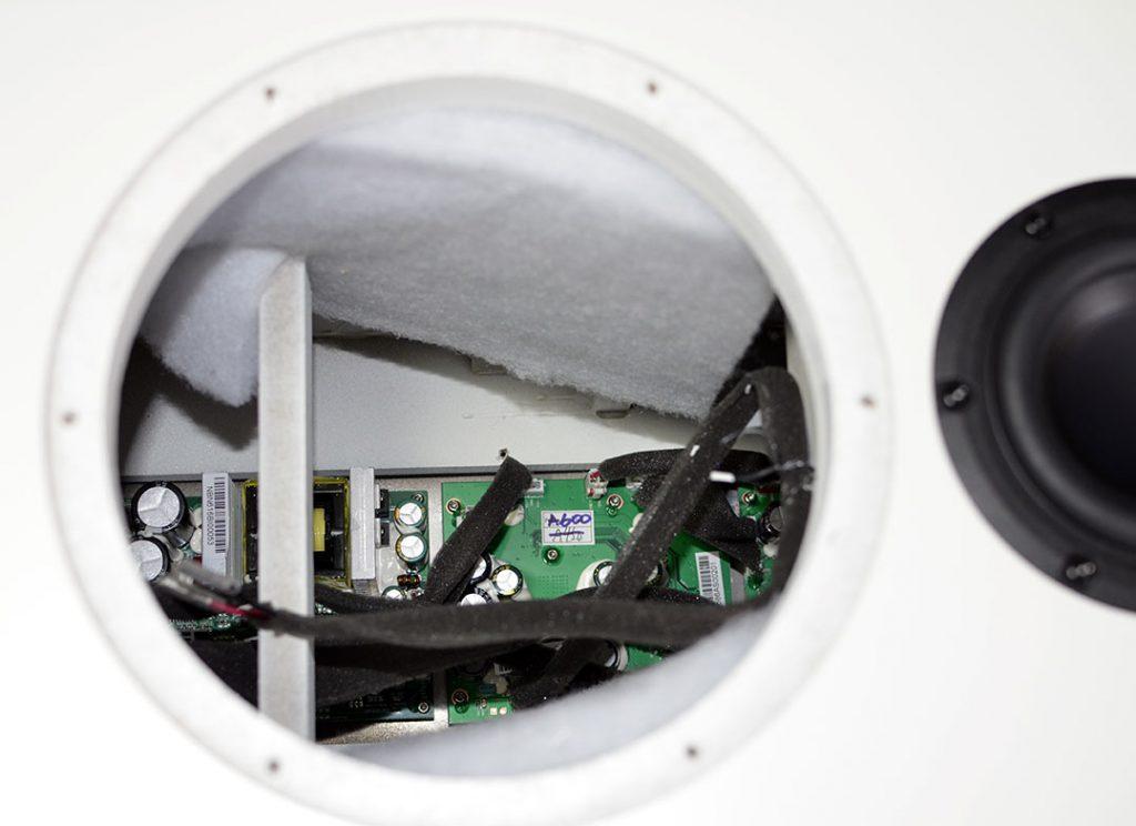 Blick ins Boxengehäuse: Auf der Rückwand befindet sich die Elektronik der A-600, u.a. drei Class-D-Endstufen