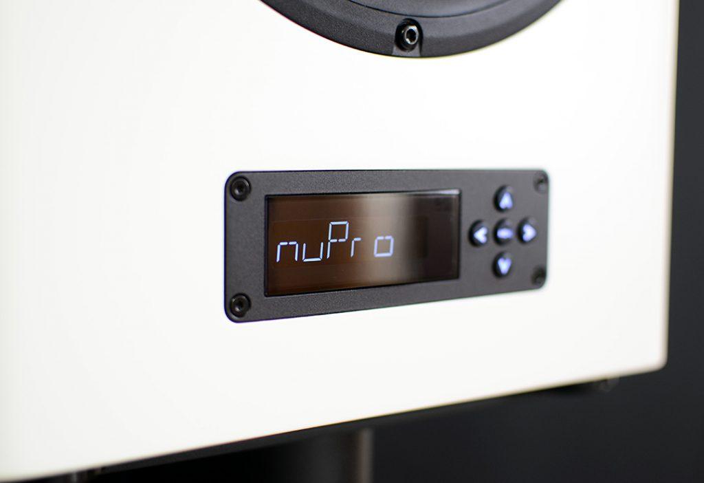 Die Nubert NuPro A-600 besitzt Display und Steuerkreuz auf der Front