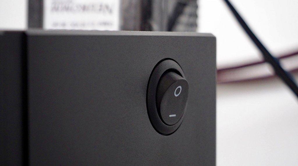 Der Ein/Aus-Schalter befindet sich auf der Seite