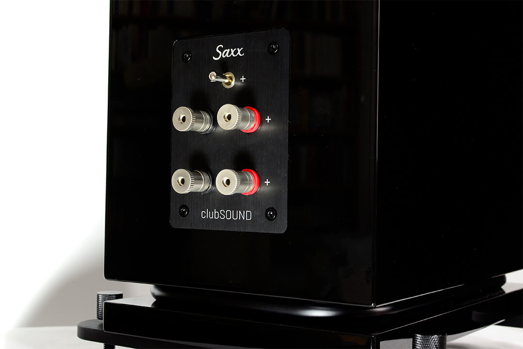 Beim Lautsprecherterminal befindet sich ein Schalter, mit dem der Hochton justiert werden kann