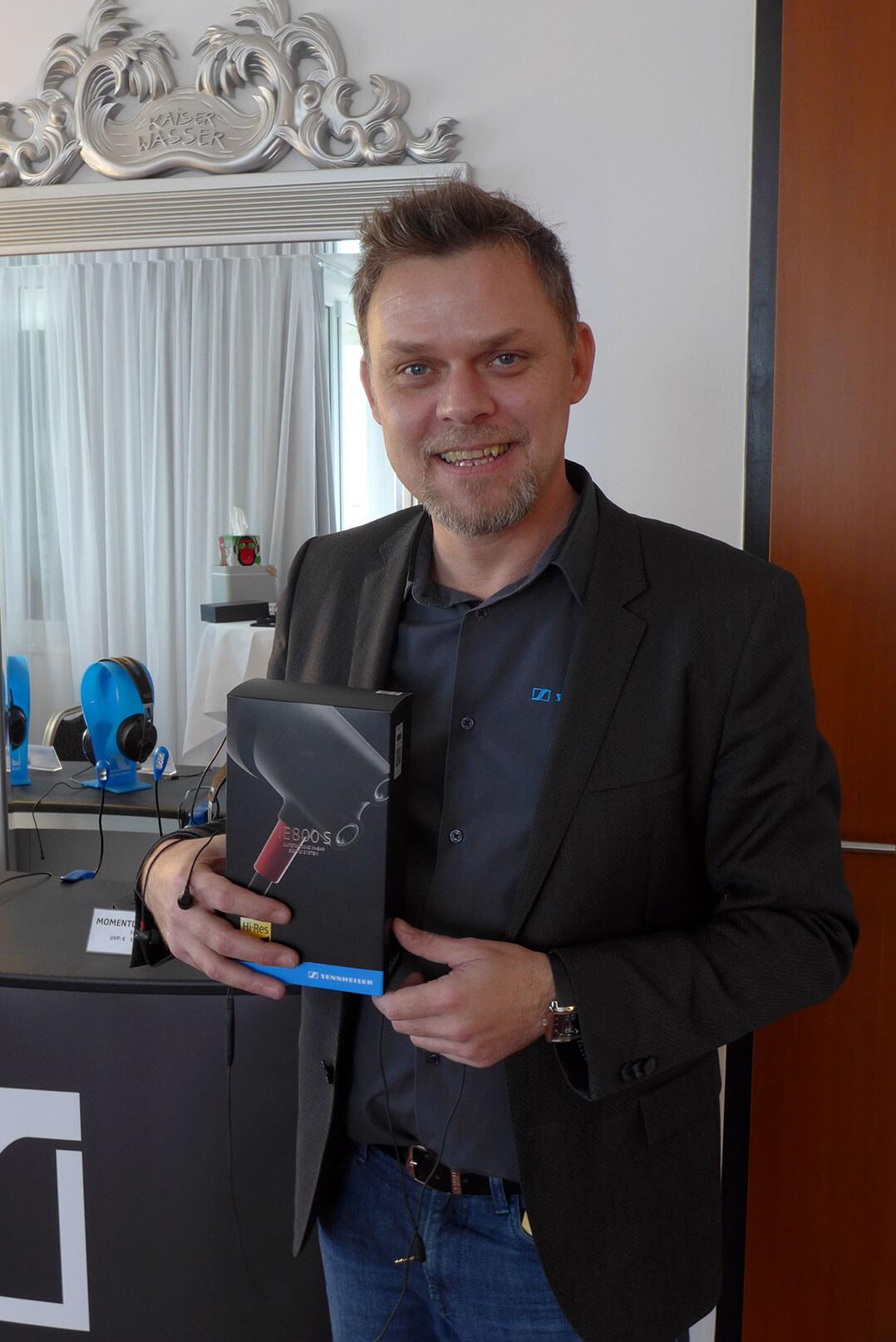 Thomas Fuchs von Sennheiser Austria mit dem neuen IE800S
