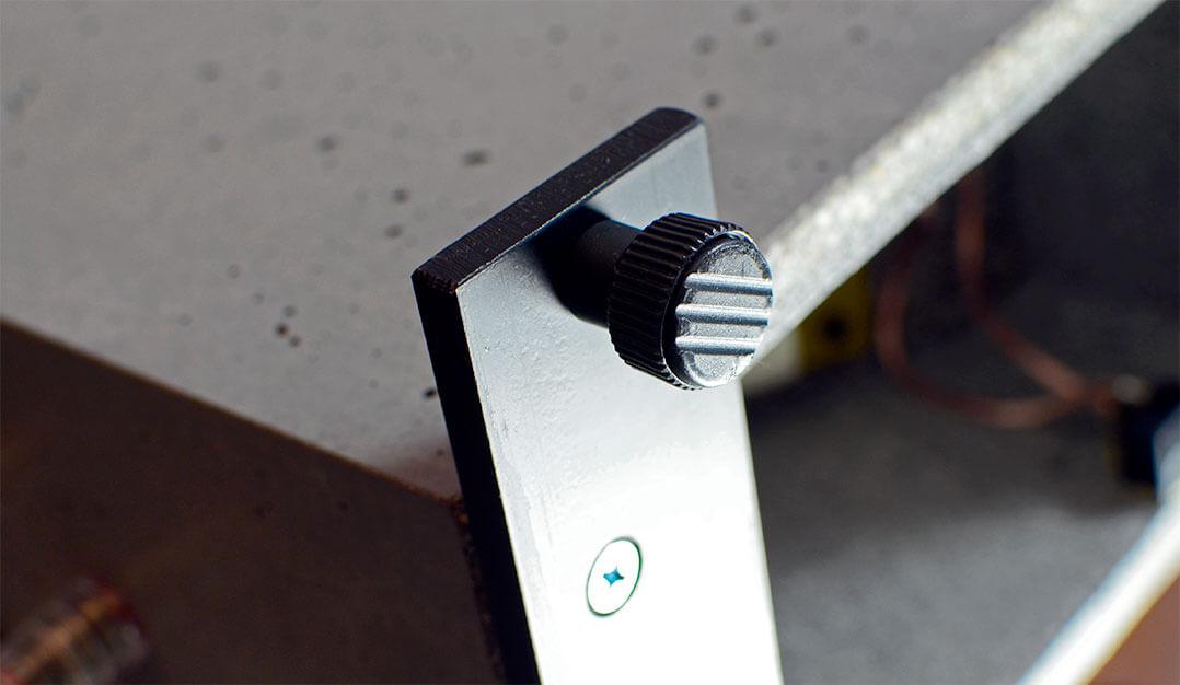 Man kann die Syno mit und ohne Traversen aufstellen - und auf Kunststoffgleitern oder Spikes