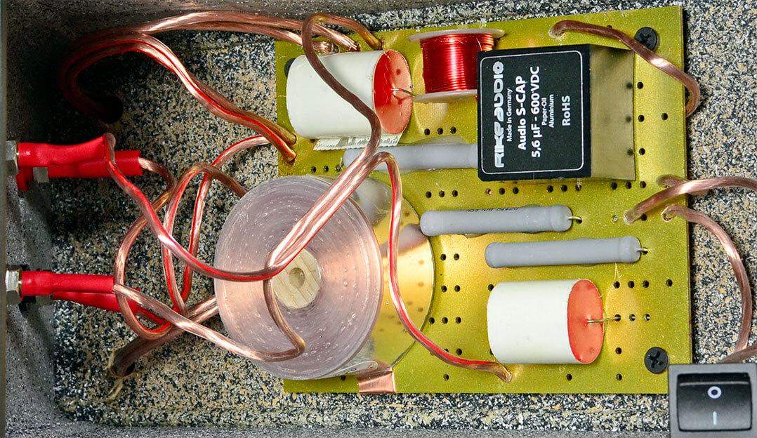Minimalistische 6-dB-Weiche mit guten Zutaten wie Mundorf-Flachbandspule und ein Öl-Papier-Aluminium-Kondensator von Rike-Audio