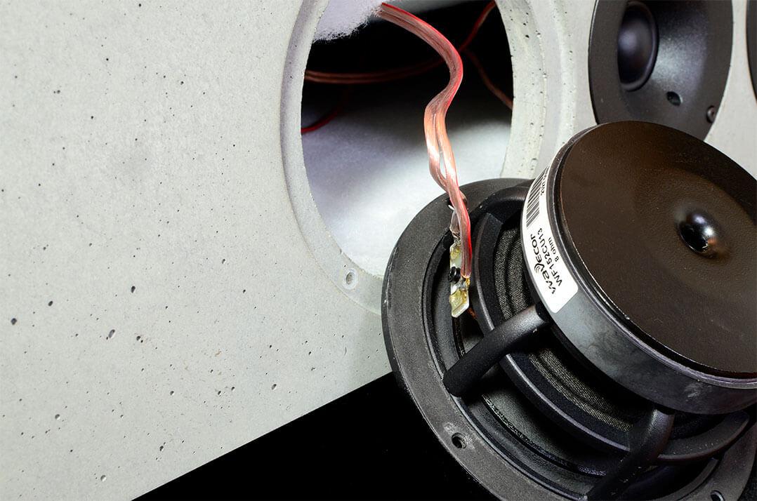 Tiefmitteltöner der Betonart Audio Syno