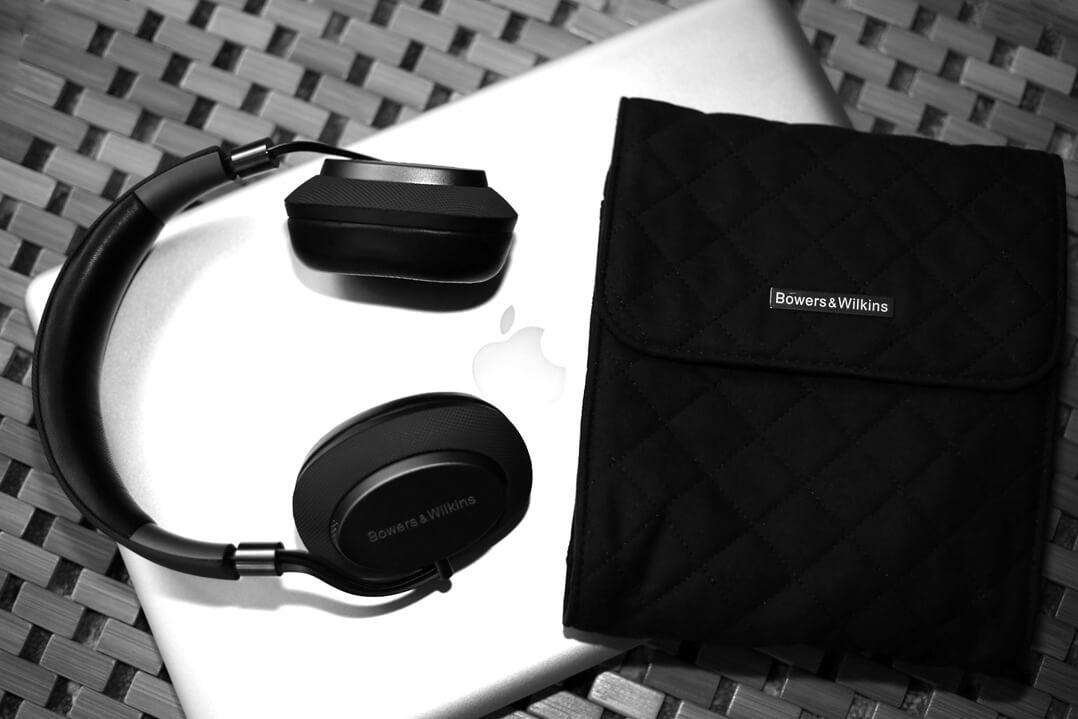 B&W PX Kopfhörer auf Laptop