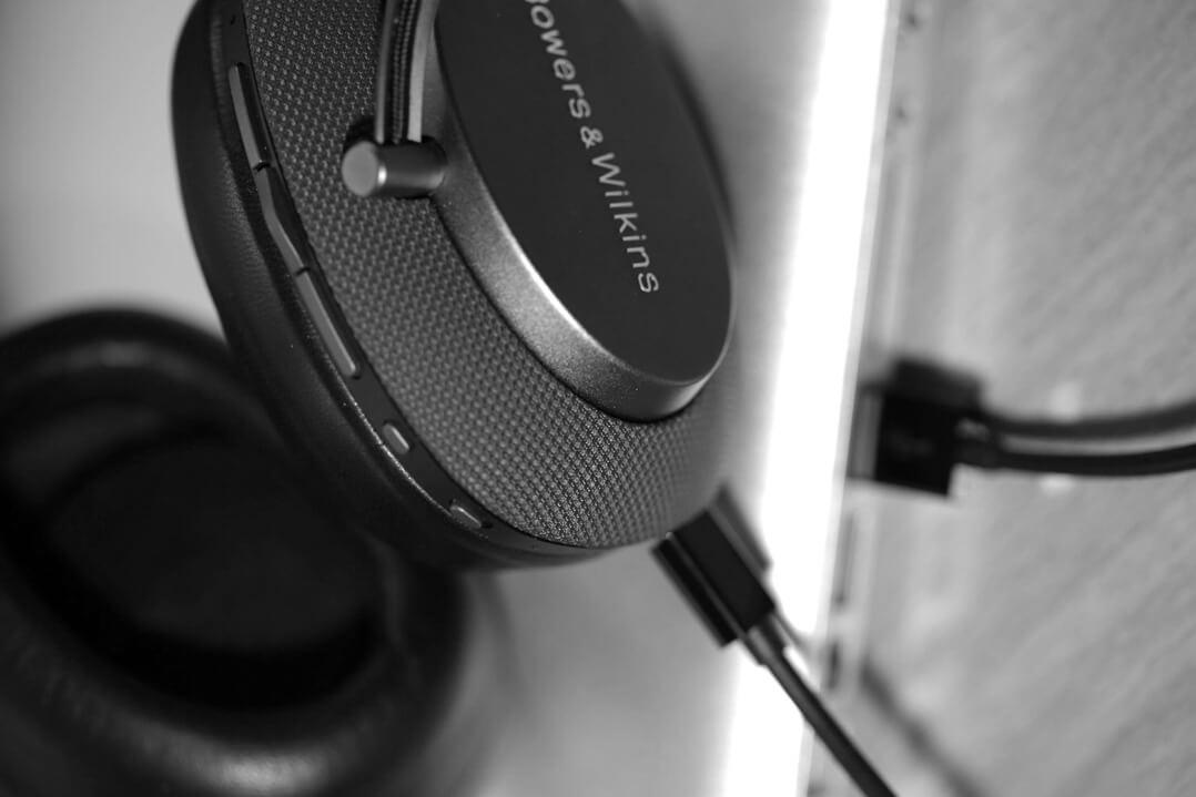 B&W PX Kopfhörer am Computer