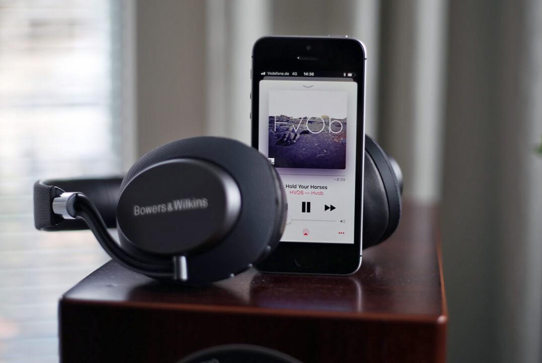 B&W PX Kopfhörer mit Smartphone