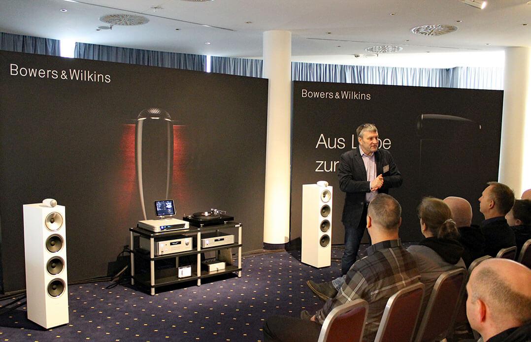 Ulf Sodan präsentiert die Anlage im B&W-Raum
