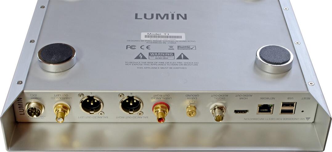 Auf Kopf: Blick aufs Anschlussfeld des Lumin T1