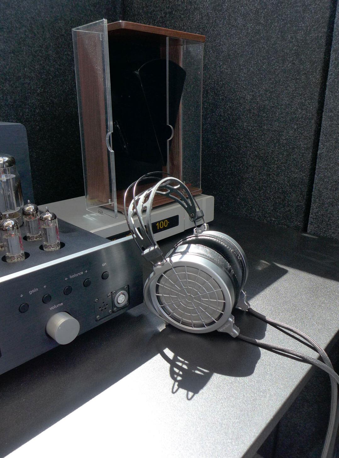Mr Speakers Voce mit Mal Valve Verstärker in der Hörbox