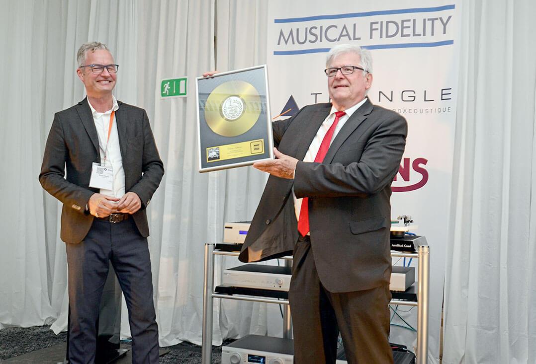 Gunter Kürten (rechts) überreichte Heinz Rohrer für seinen Verdienste um Thorens einen Goldene Schallplatte