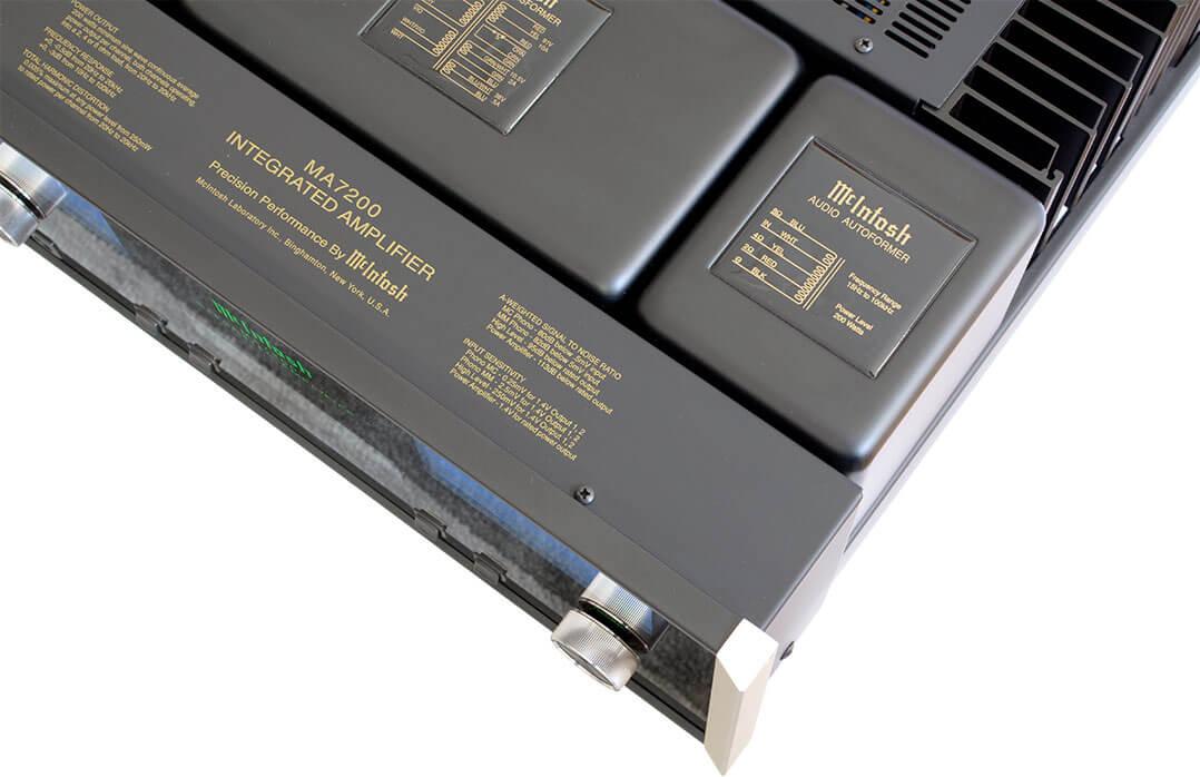McIntosh MA7200 AC: Unter dem Kästchen rechts im Bild steckt ein Ausgangsübertrager