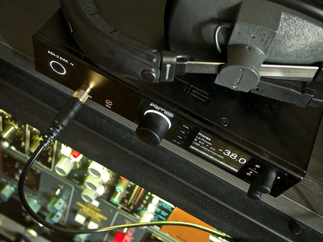RME ADI-2 DAC von oben mit Stax-KH