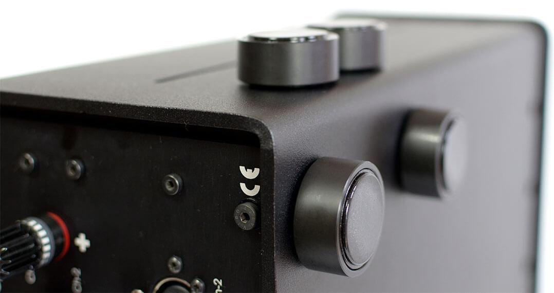 Die Gerätefüße der Ascendo-Endstufe haften magnetisch