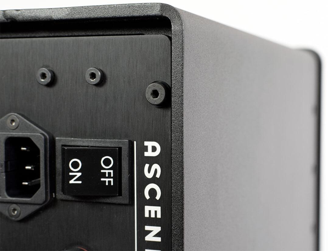 Dei Ascendo-Endstufe besitzt ein Doppelgehäuse. Die äußere Hülle besteht aus 5 mm starkem Stahl