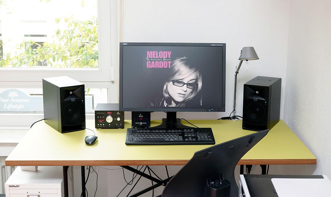 JBL LSR705P auf dem Schreibtisch