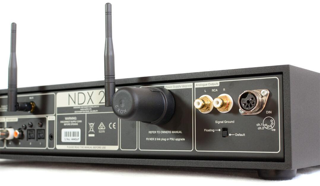 Das analoge Signal verlässt den Naim NDX 2 über einen 5-Pol-DIN-Anschluss und ein Cinchdoppel