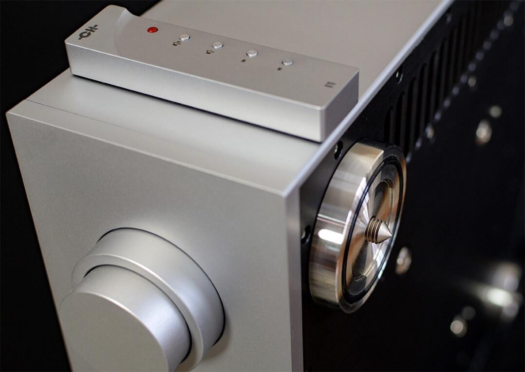 Mit den Spikes lässt sich der CH Precision leicht ins Lot bringen. Mehrere CH-Komponenten lassen sich so auch übereinander anordnen - was die Schweizer auch durchaus empfehlen