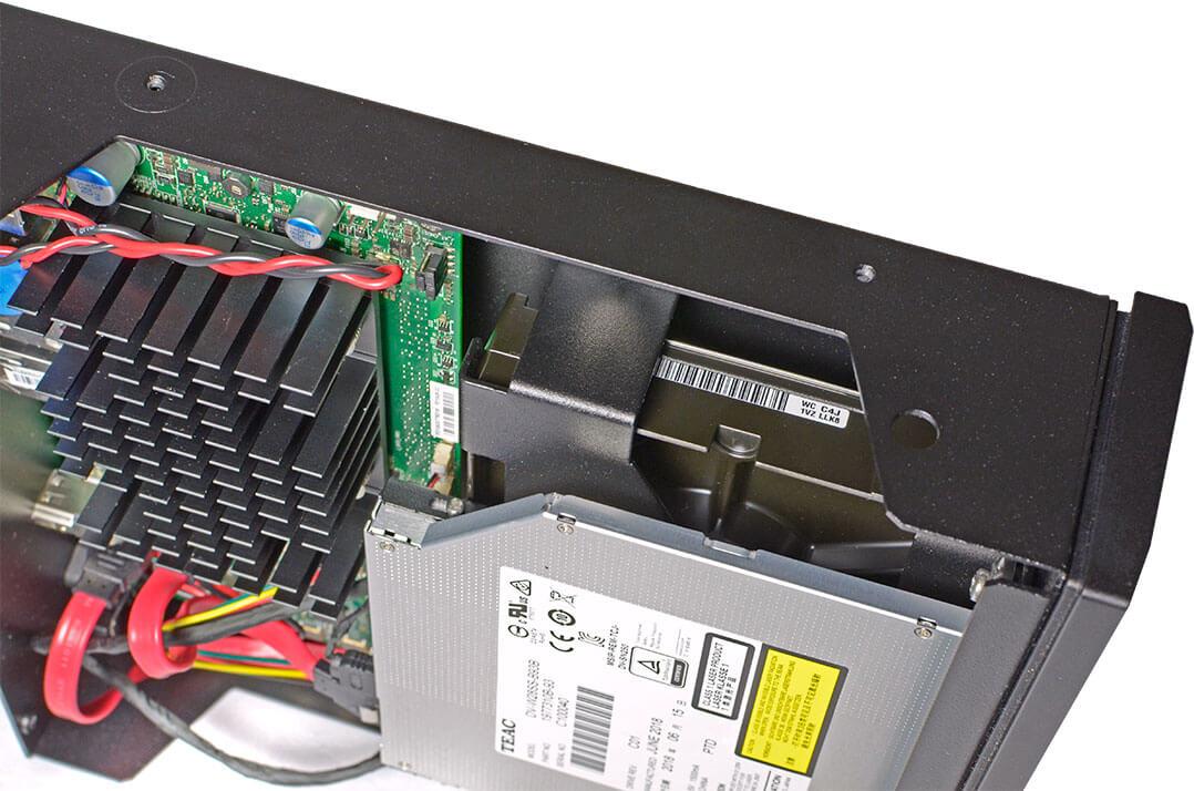 Unter dem Teac-Laufwerk steckt die Festplatte - beide sind entkoppelt gelagert