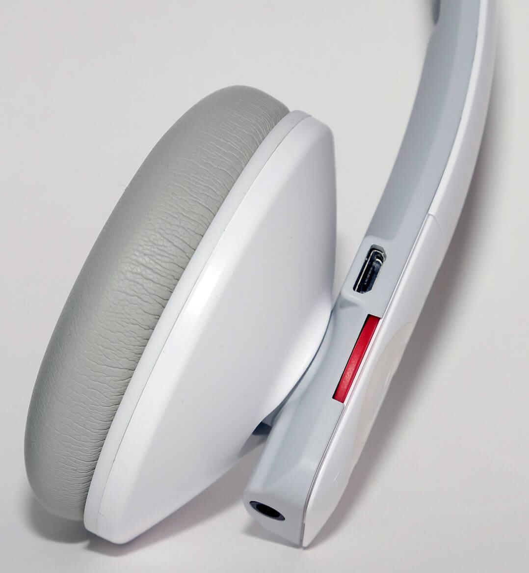 Der Lautstärke-Drehregler ist in Rot gehalten