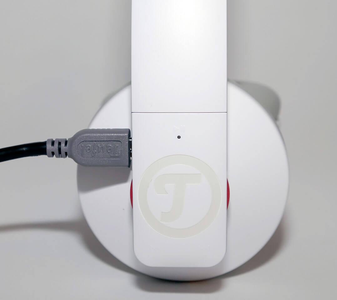 Das Aufladen des Akkus erfolgt per USB-Kabel