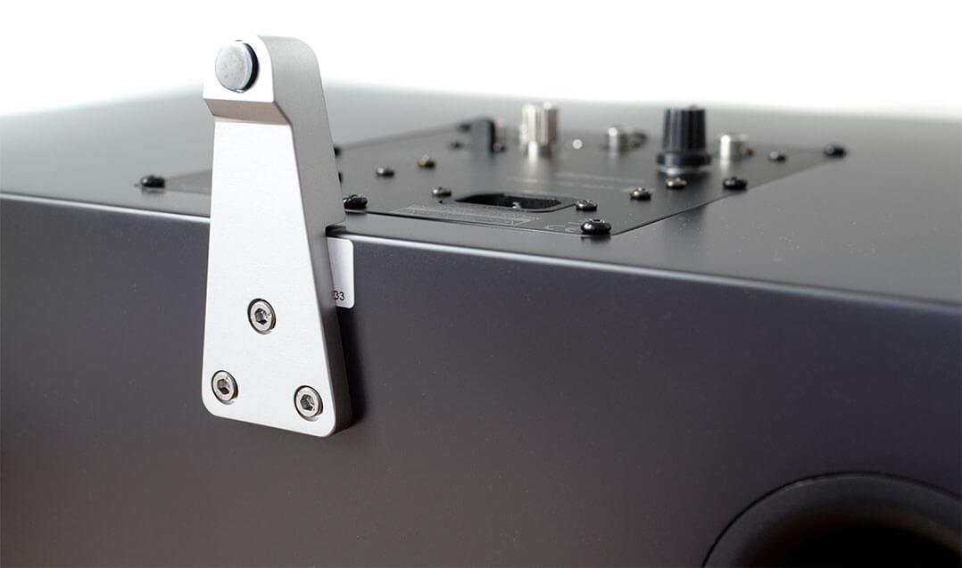 Der hintere Gerätefuß ist flacher, sodass der Bluetooth-Lautsprecher leicht nach hinten abgekippt steht
