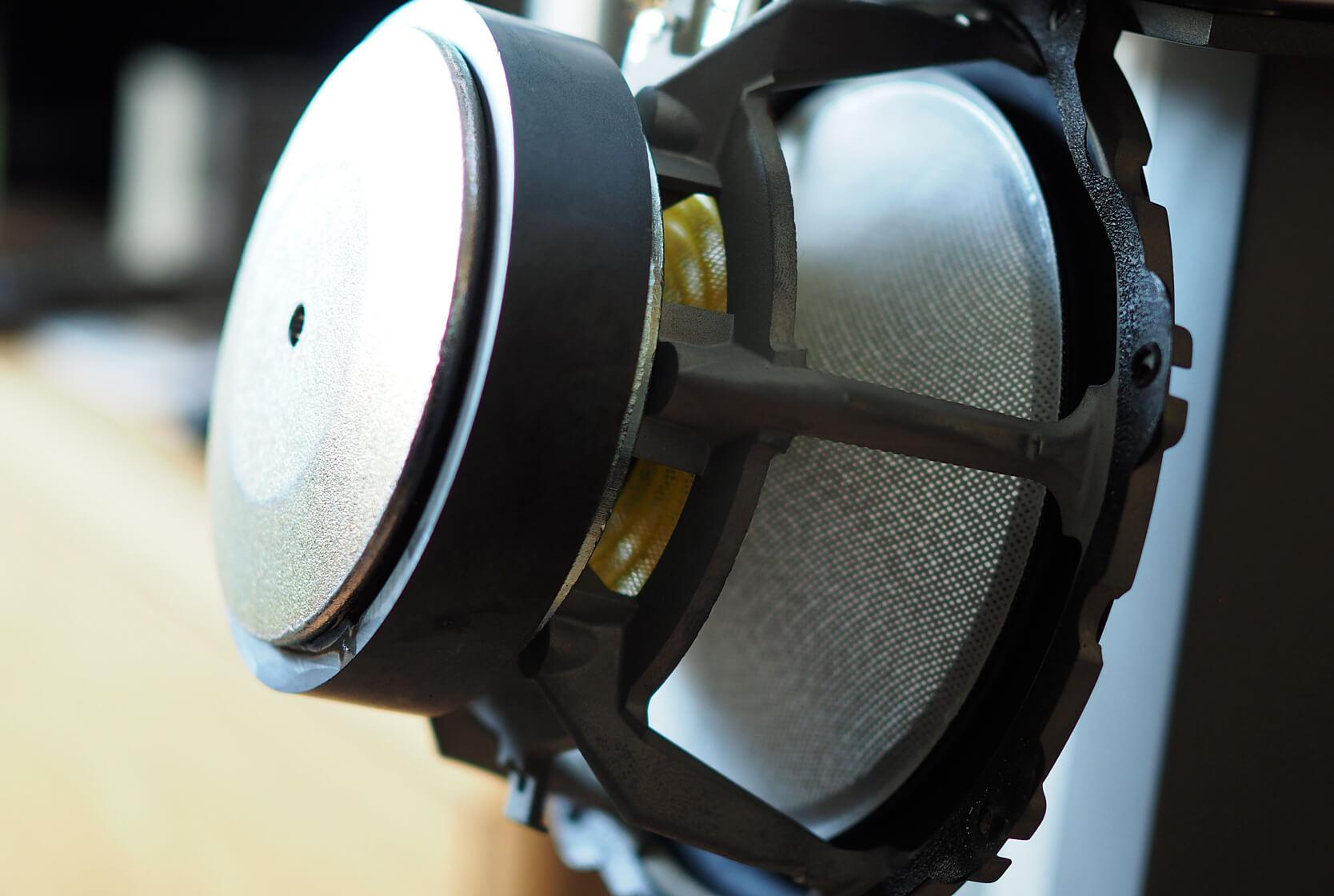 Bowers & Wilkins 606 Bassmitteltreiber ausgebaut