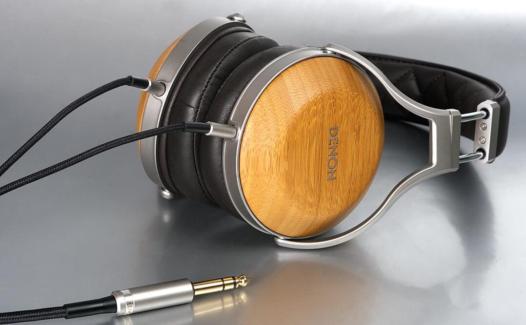 Denon AH-D9200 Kopfhörer liegend mit Kabel