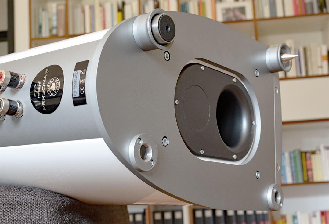 Die Paradigm Persona 3F steht auf einer soliden Metallplatte und wird mit ebenso soliden Spikes und Standfüßen geliefert. Die Bassreflexöffnung arbeitet zum Boden hin
