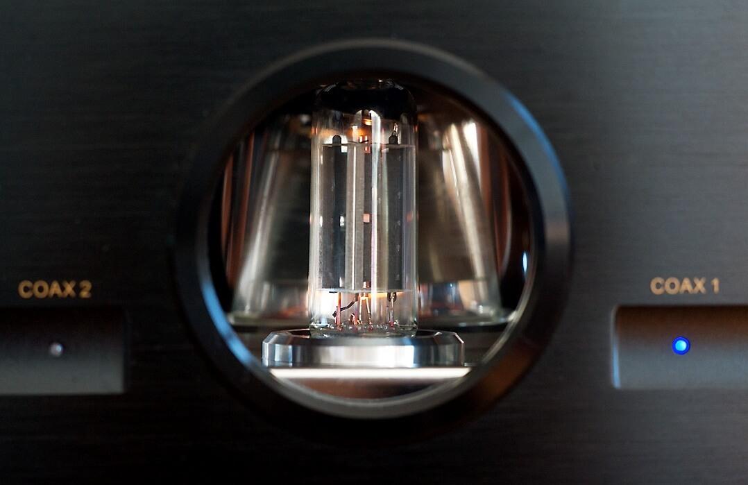 Blick auf die 6Z4-Gleichrichterröhre des Vincent DAC-7