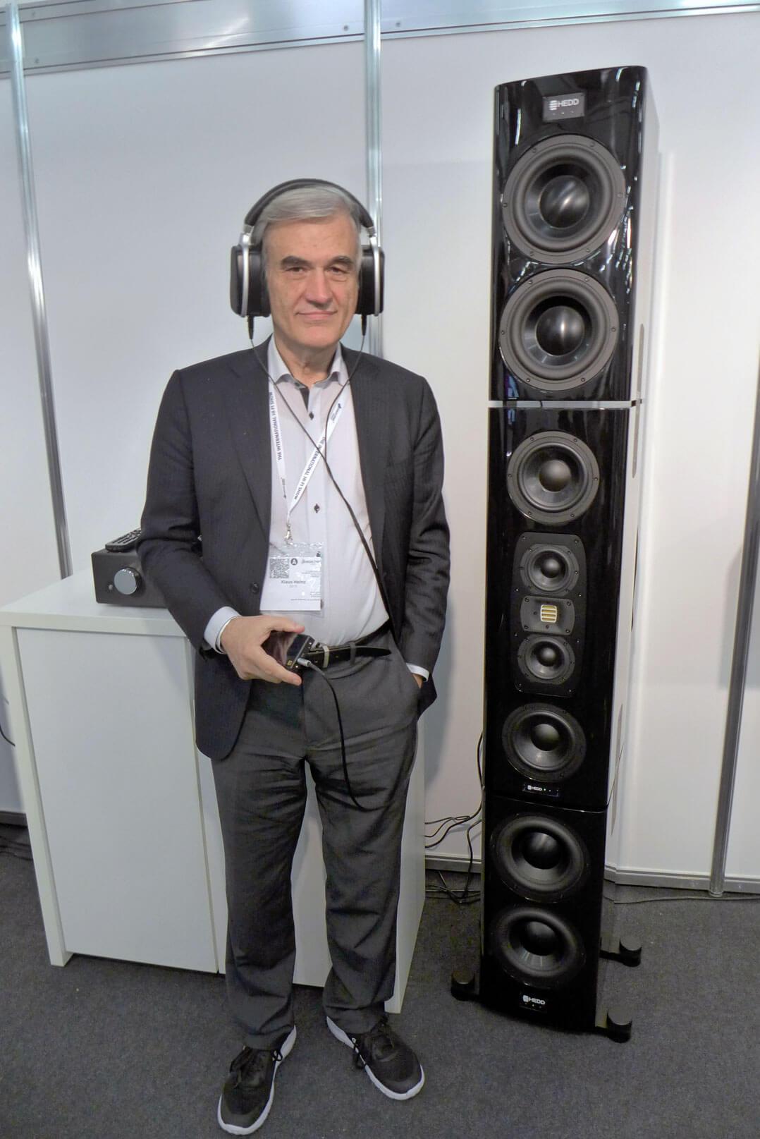 [P1040883] + [P1040876] Klaus Heinz mit dem HEDDphone neben dem HEDD Tower Monitor // HEDDphone Prototyp