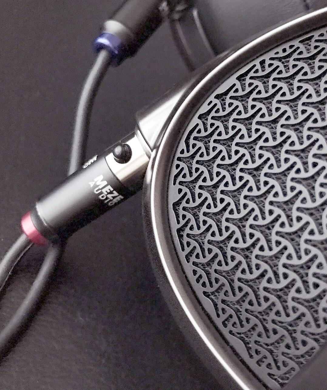 Meze Empyrean Kopfhörer seitlich mit Stecker