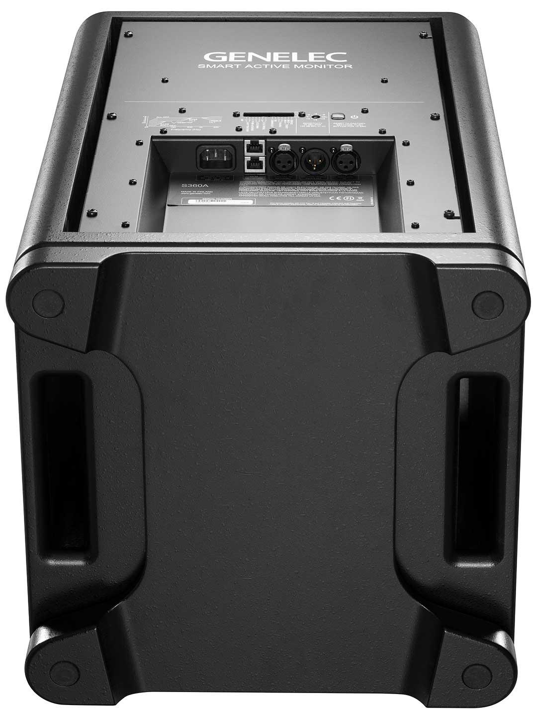 Blick von unten auch die sogenannte IsoPlate-Standplattform der Genelec S360, die den Lautspreche rvom Untergrund entkoppeln soll. Links und rechts zu sehen: die Bassreflex-Kanäle