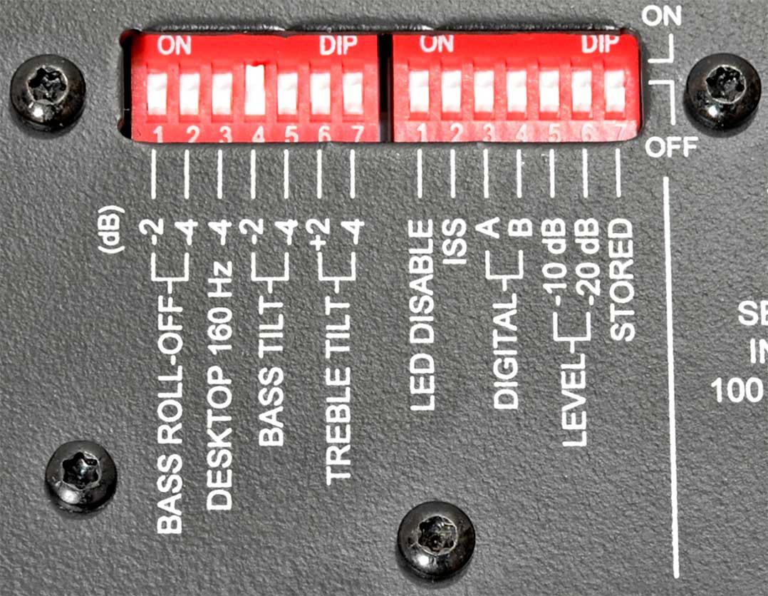 Über die rückseitig zu findenden DIP-Schalter lassen sich einige Einstellungen an der Genelec S360 vornehmen