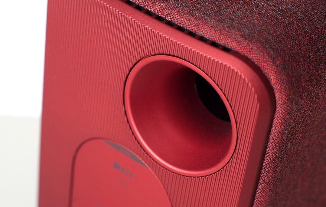 Die Bassreflexöffnung der KEF LSX befindet sich auf der Rückseite