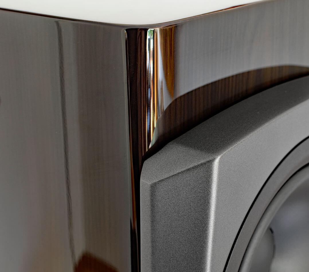 Die Schallwand der Dynaudio Confidence 50 wird aus dem Verbundstoff Compex gefertigt