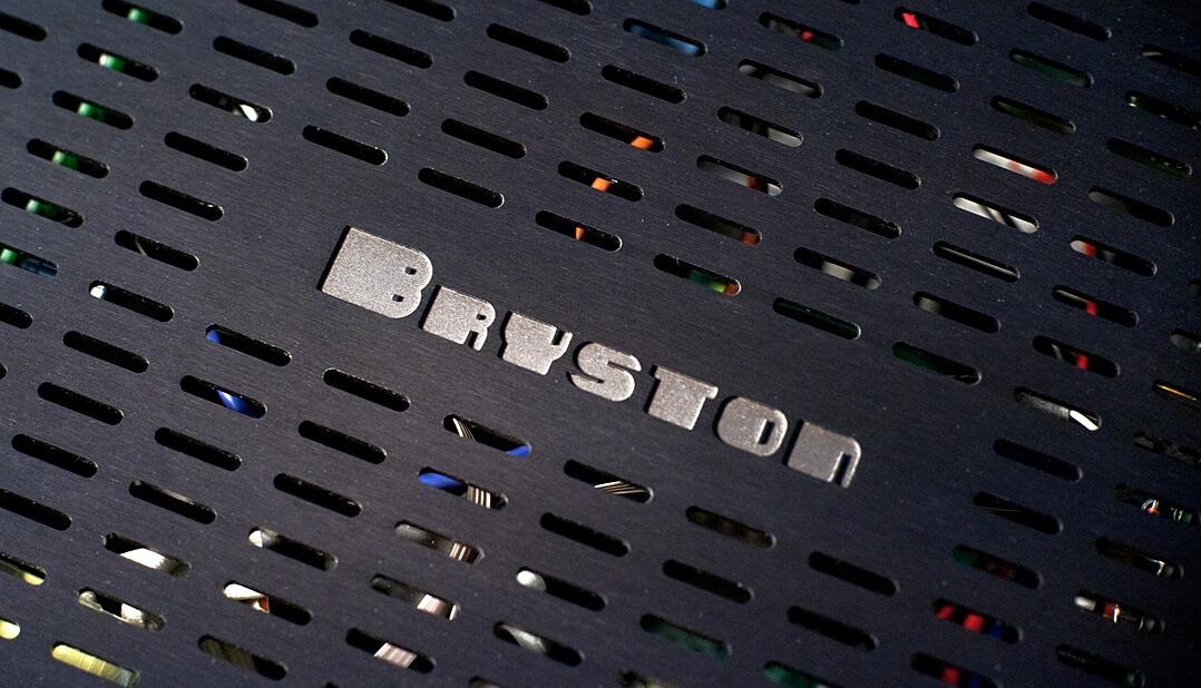 Bryston 3B³ Endverstärker Logo auf Gehäusedeckel
