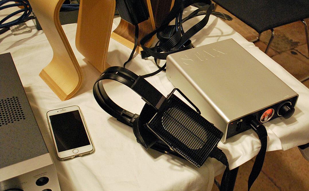 Stax SRM-D50 (rechts) sowie die Stax-Kopfhörer SR-L 500 MK2 / SR-L700