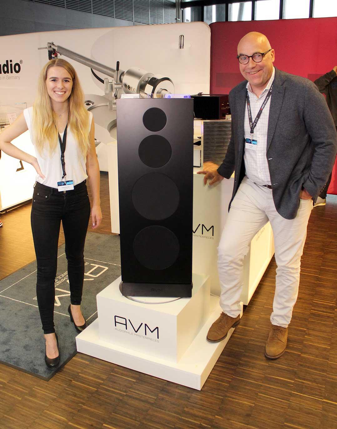 Helena Bermann und Udo Besser von AVM präsentierten unter anderem den Aktivlautsprecher AM 6.3