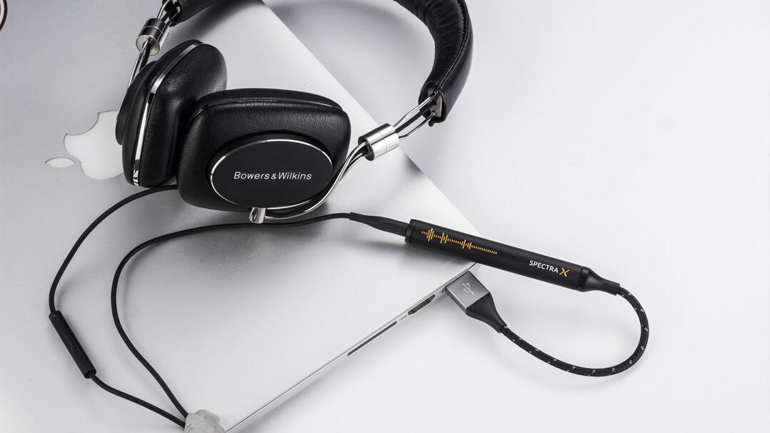 NextDrive Spectra X mit B&W-Kopfhörer