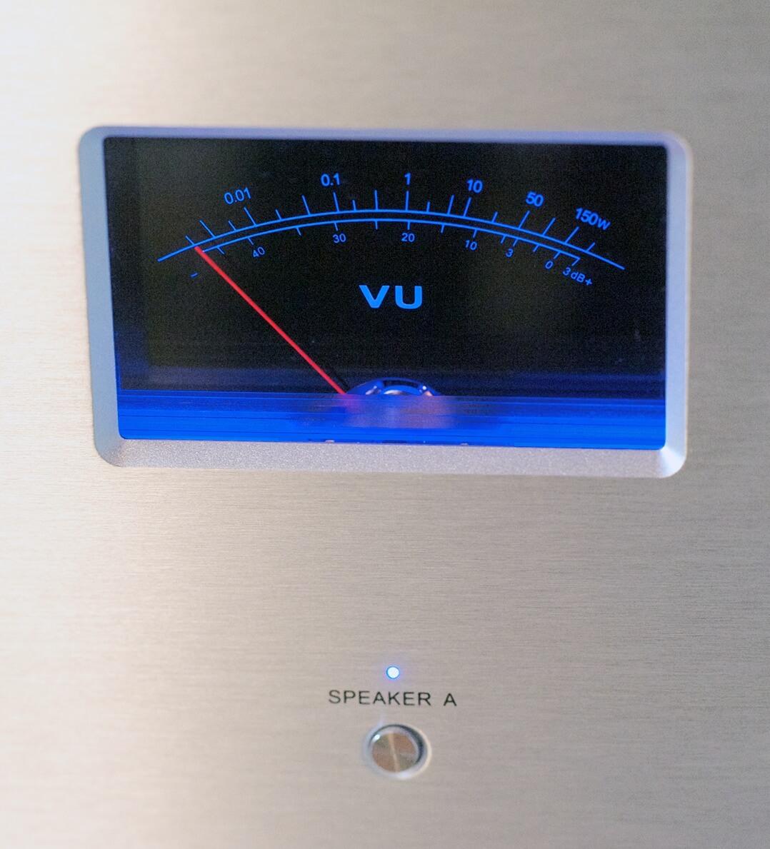 Die VU-Meter der Vincent SP-332 lassen sich in vier Farben illuminieren