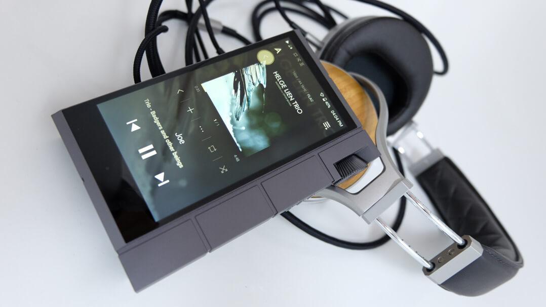 Astell & Kern KANN Cube mit Denon-Kopfhörer