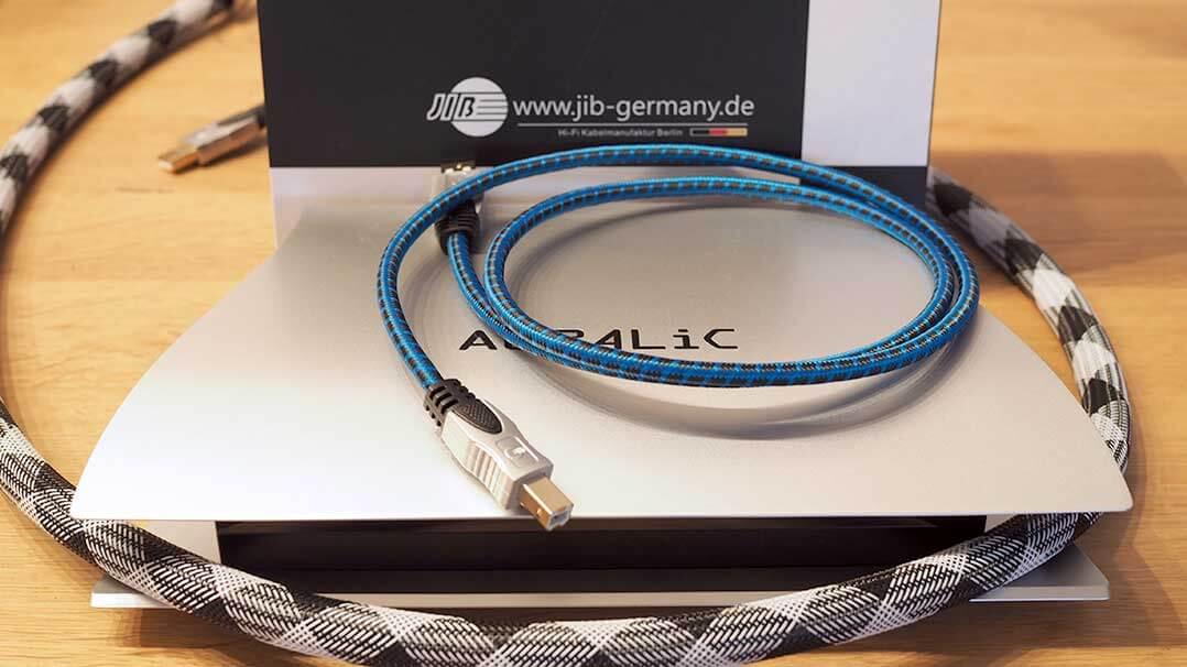 Boaacoustic USB-Kabel: Unser Testkandidat aus der Blueberry-Linie ist deutlich dünner udn flexibler als das große Silver Digital Xeno
