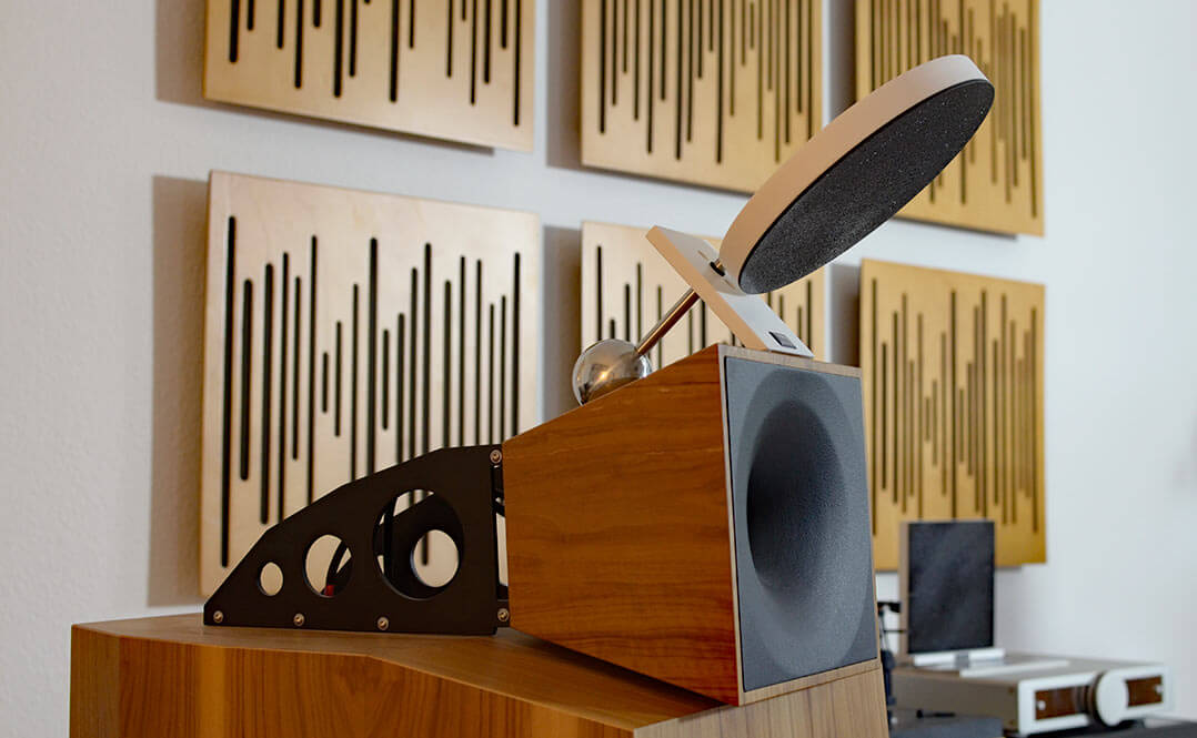 Sieht vielleicht komisch aus, funktioniert aber: Arakas Boxenaufsteller auf dem Horn der Blumenhofer-Lautsprecher